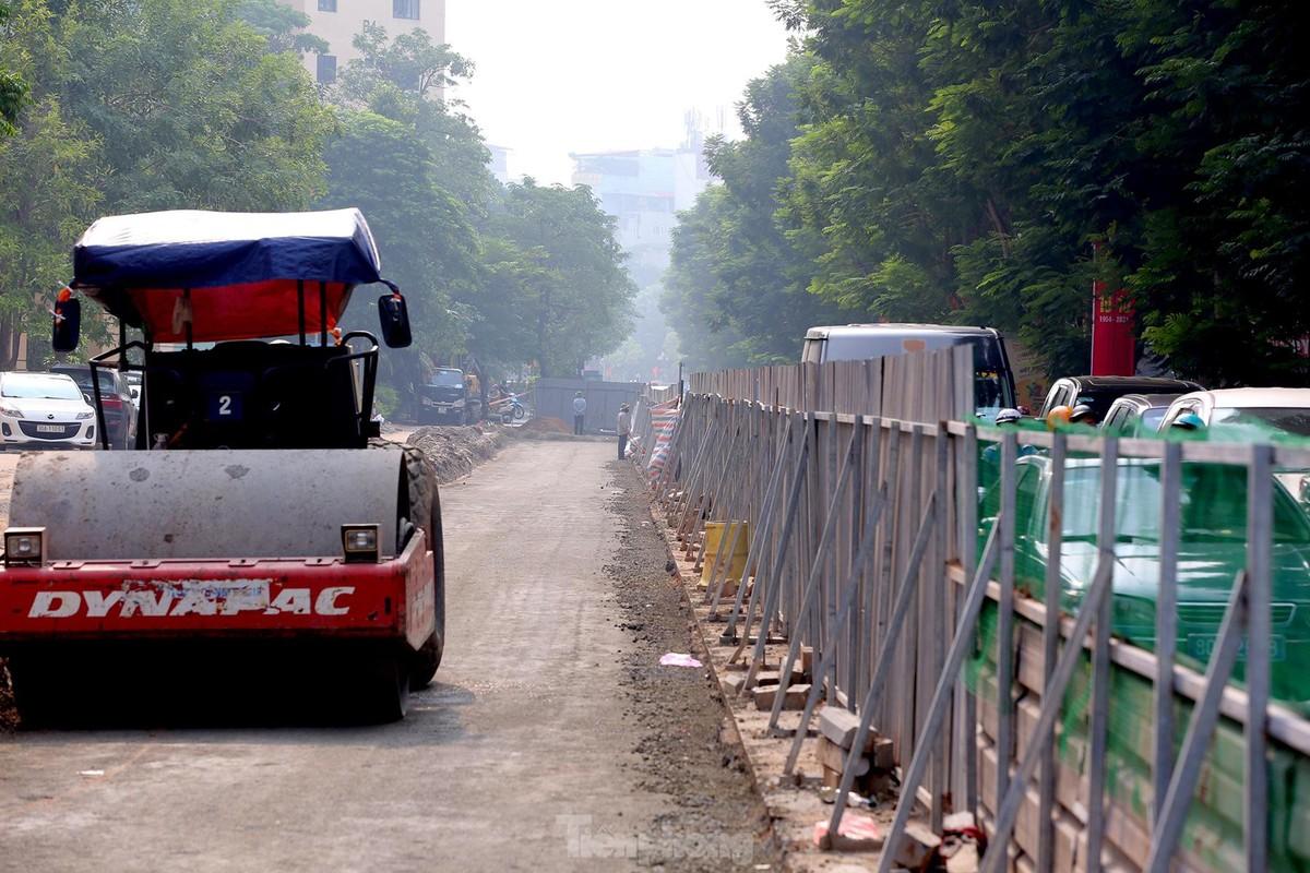 Hinh anh cong nhan xen via he de mo rong long duong Tran Dang Ninh-Hinh-7
