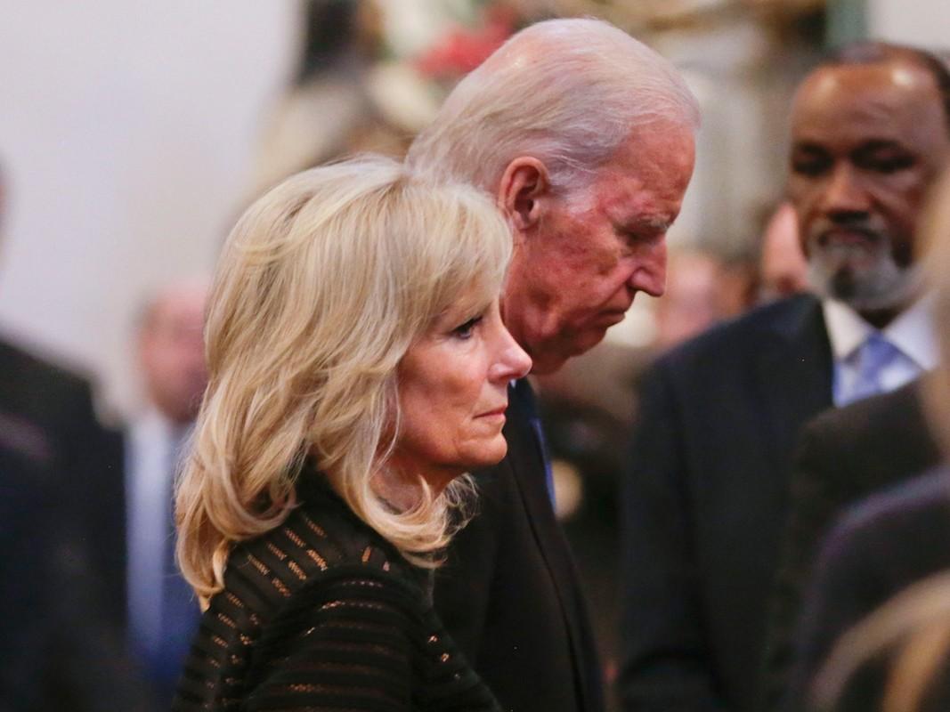 He lo 5 lan cau hon vo cua ong Joe Biden-Hinh-12