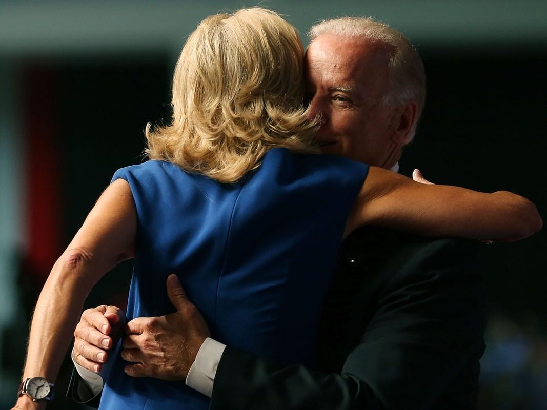He lo 5 lan cau hon vo cua ong Joe Biden-Hinh-7