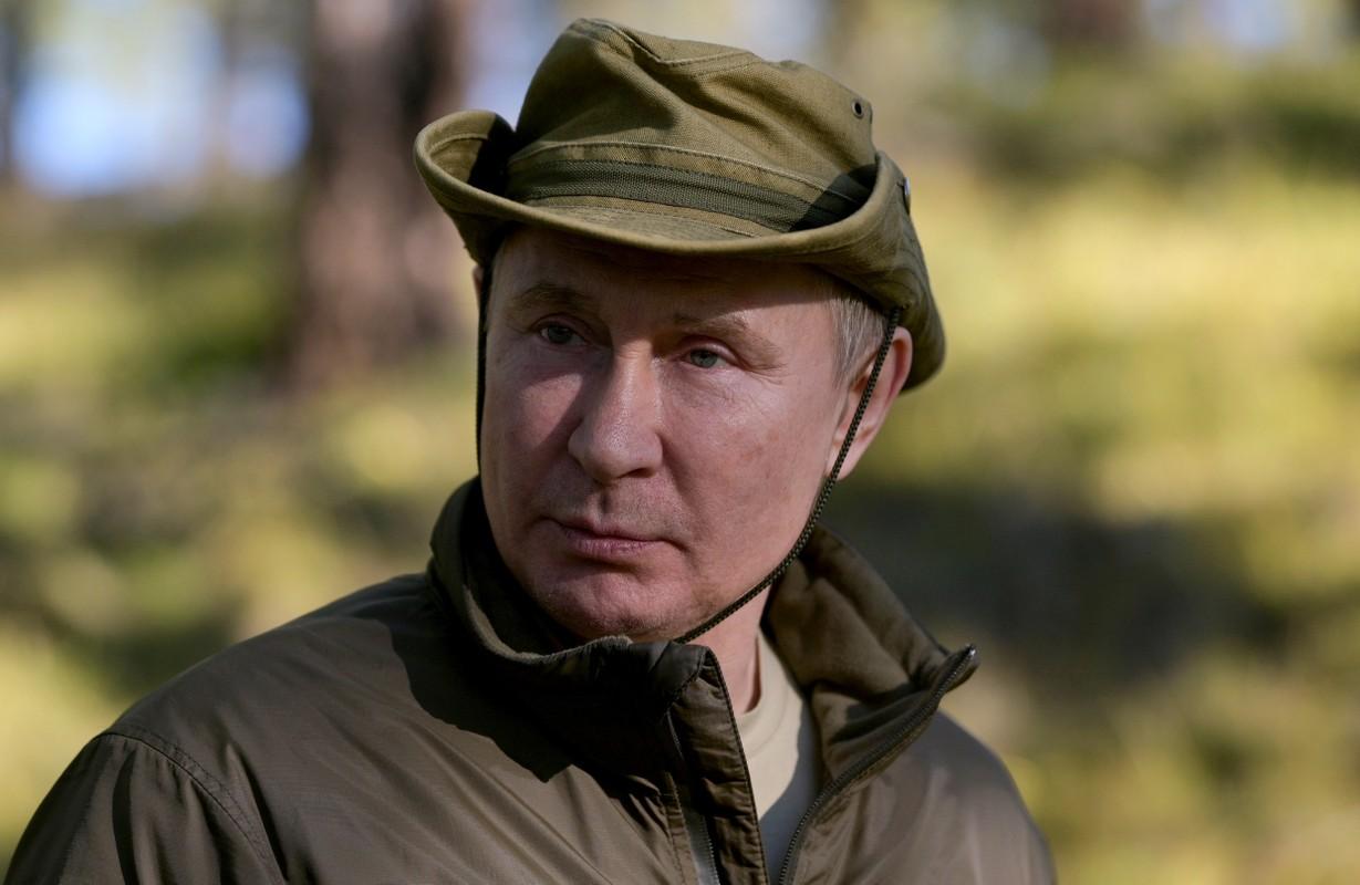 Tong thong Putin ket thuc tu cach ly, den Siberia cau ca-Hinh-7
