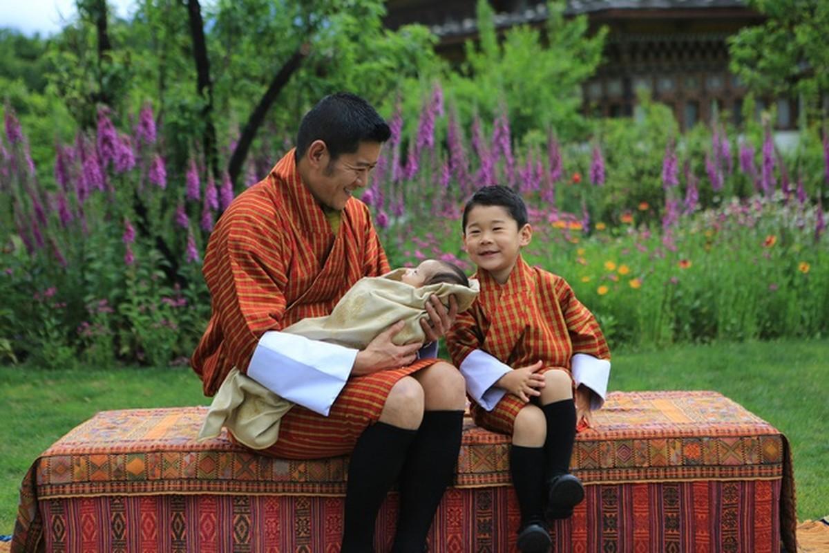 Hoang tu Bhutan ra dong lam ruong, khong duoc sinh nhat toi 20 tuoi-Hinh-2