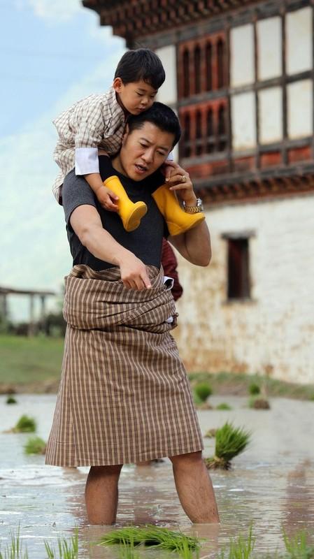 Hoang tu Bhutan ra dong lam ruong, khong duoc sinh nhat toi 20 tuoi-Hinh-4