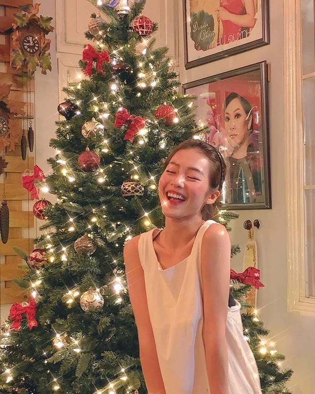 Hot girl Viet xinh tuoi rang ngoi don Giang sinh-Hinh-14