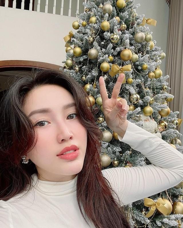 Hot girl Viet xinh tuoi rang ngoi don Giang sinh-Hinh-16