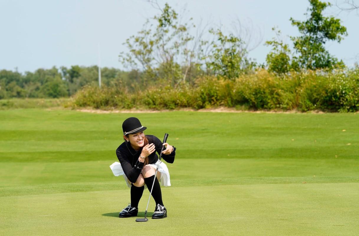 A hau Huyen My tro tai choi golf-Hinh-3
