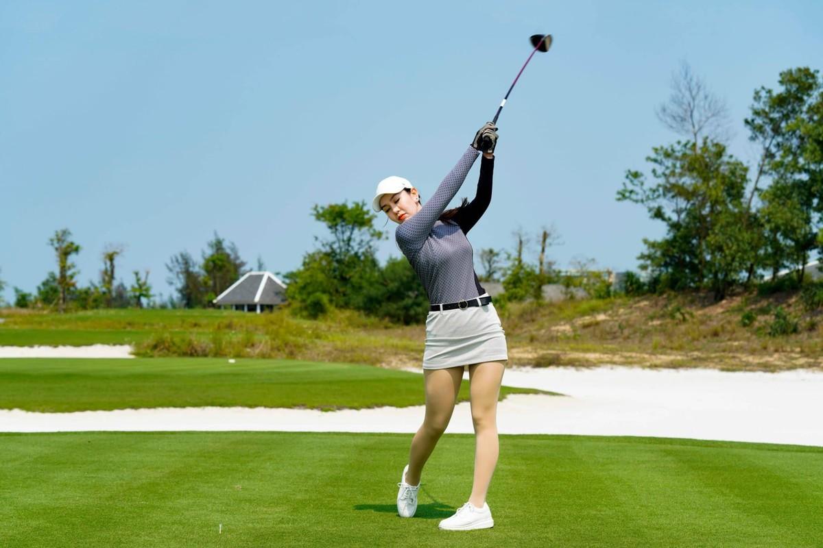 A hau Huyen My tro tai choi golf-Hinh-4