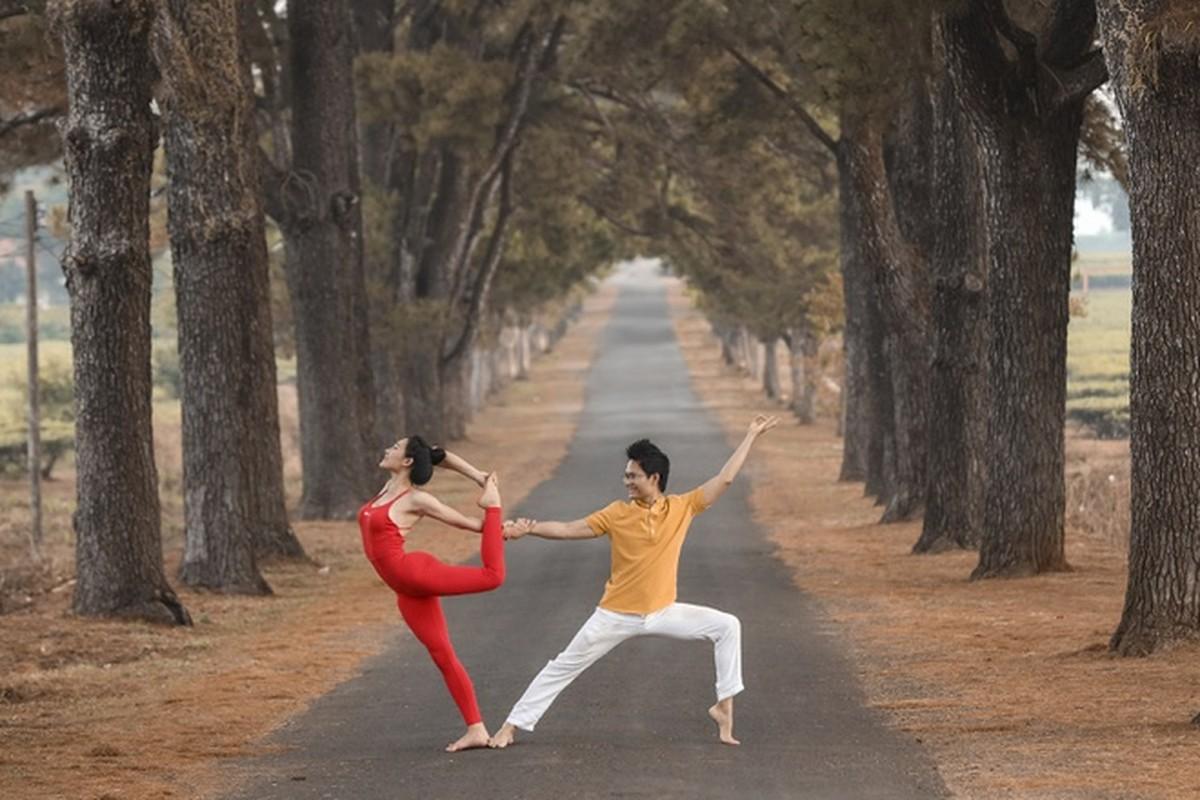 Co gai trinh dien yoga giua nui rung Gia Lai-Hinh-2