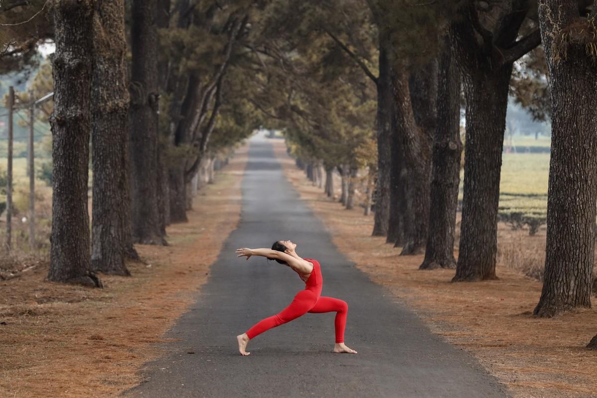 Co gai trinh dien yoga giua nui rung Gia Lai