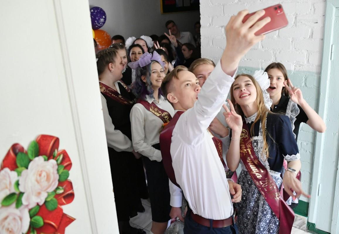 Nu sinh Nga bat khoc trong le