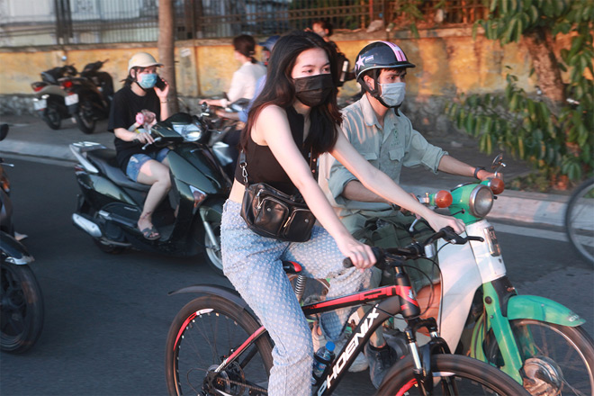 Trao luu dap xe bat ngo noi len giua mua nong nhat cua Ha Noi-Hinh-12
