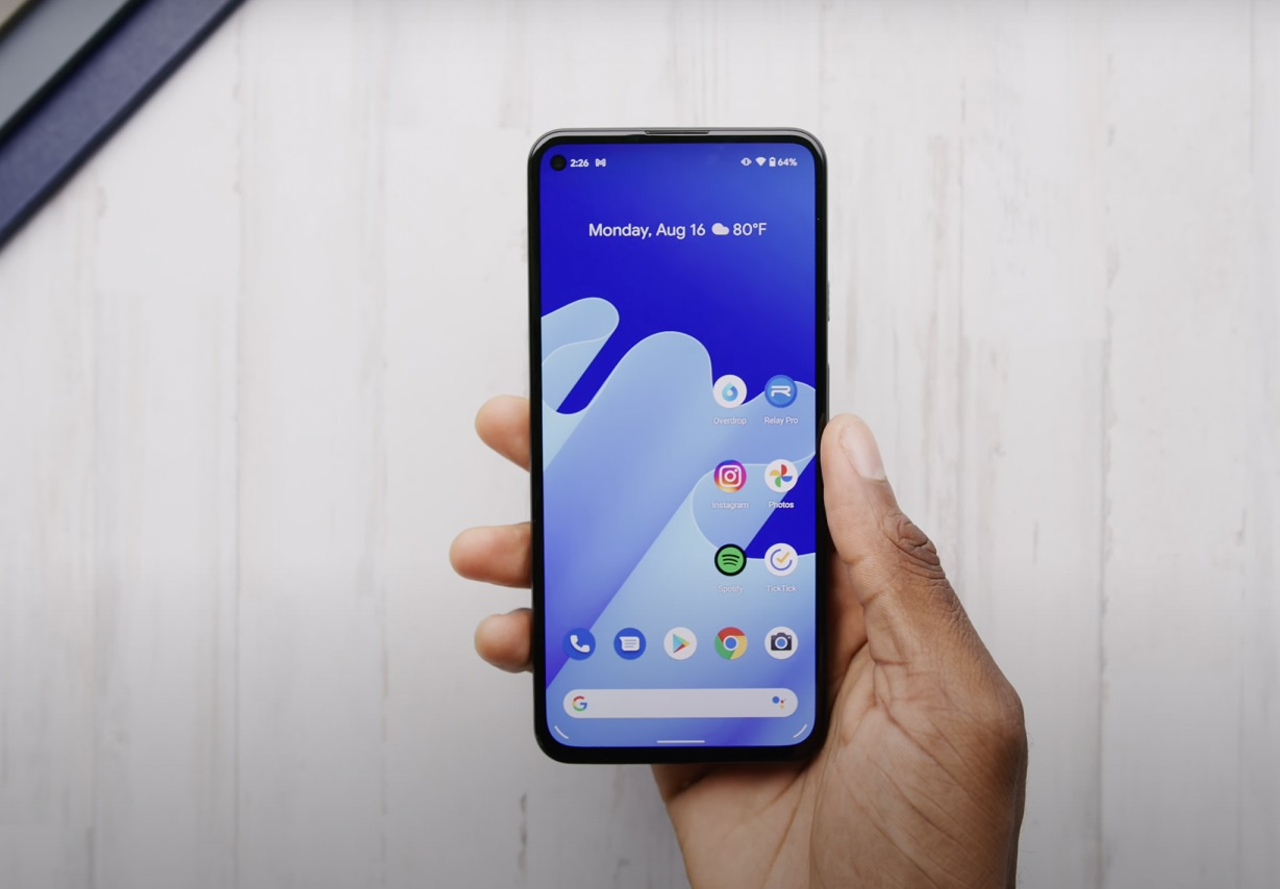Thich dien thoai nho gon, nen mua Google Pixel 5a hay iPhone SE?-Hinh-2