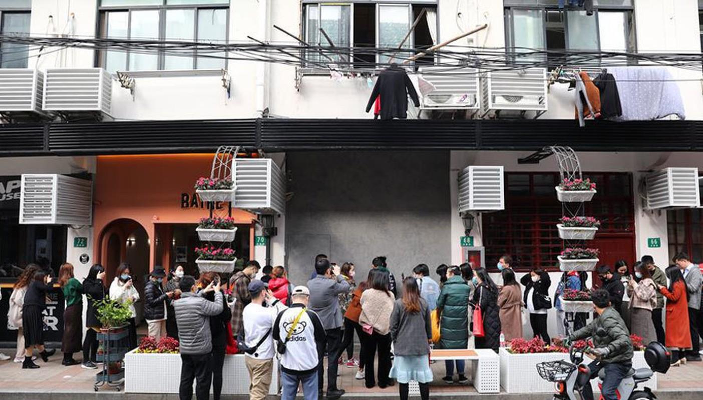 Quan cafe ban hang qua lo thung, khach xep hang dai cho mua-Hinh-11
