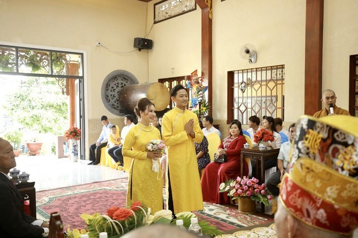 Quy Binh lam le hang thuan voi ban gai doanh nhan-Hinh-2