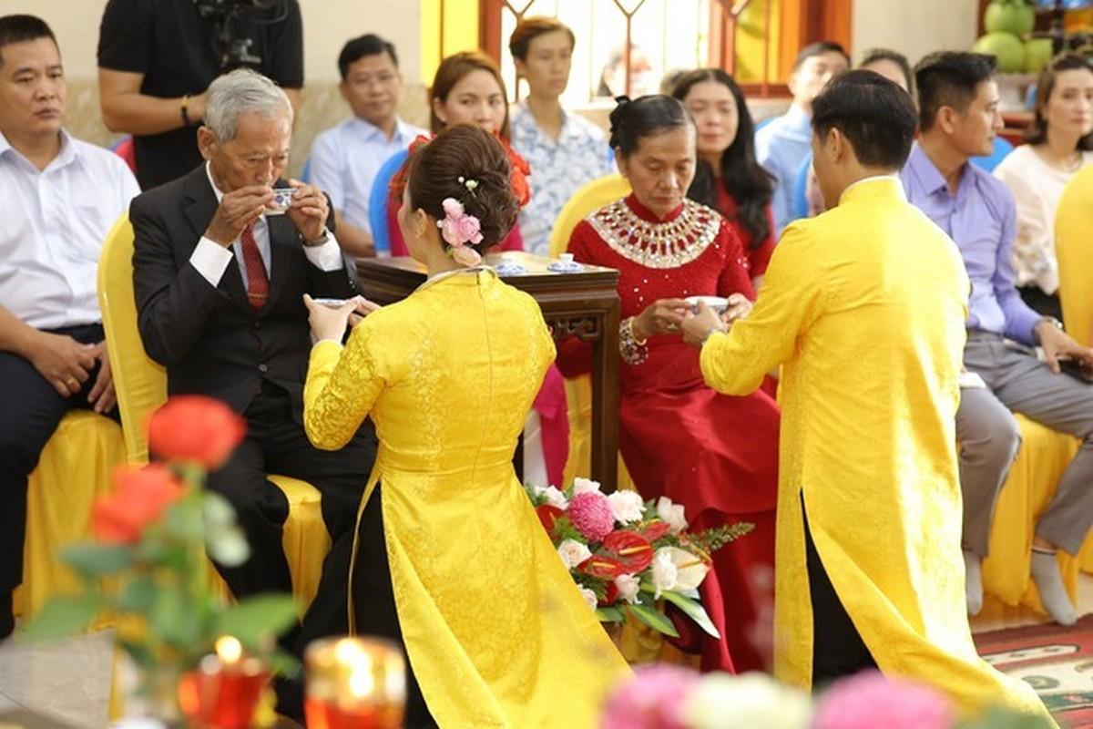 Quy Binh lam le hang thuan voi ban gai doanh nhan-Hinh-6