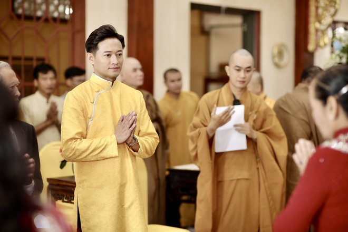 Quy Binh lam le hang thuan voi ban gai doanh nhan-Hinh-7