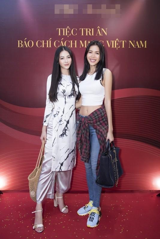 "Miss Earth Phuong Khanh bi boc chieu cao that sau anh ""co be di lac""-Hinh-7"