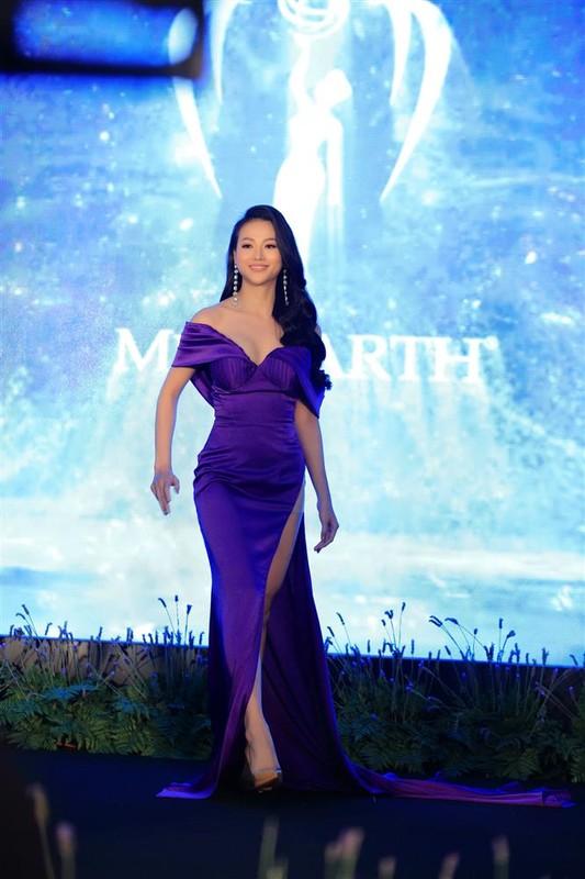 "Miss Earth Phuong Khanh bi boc chieu cao that sau anh ""co be di lac"""