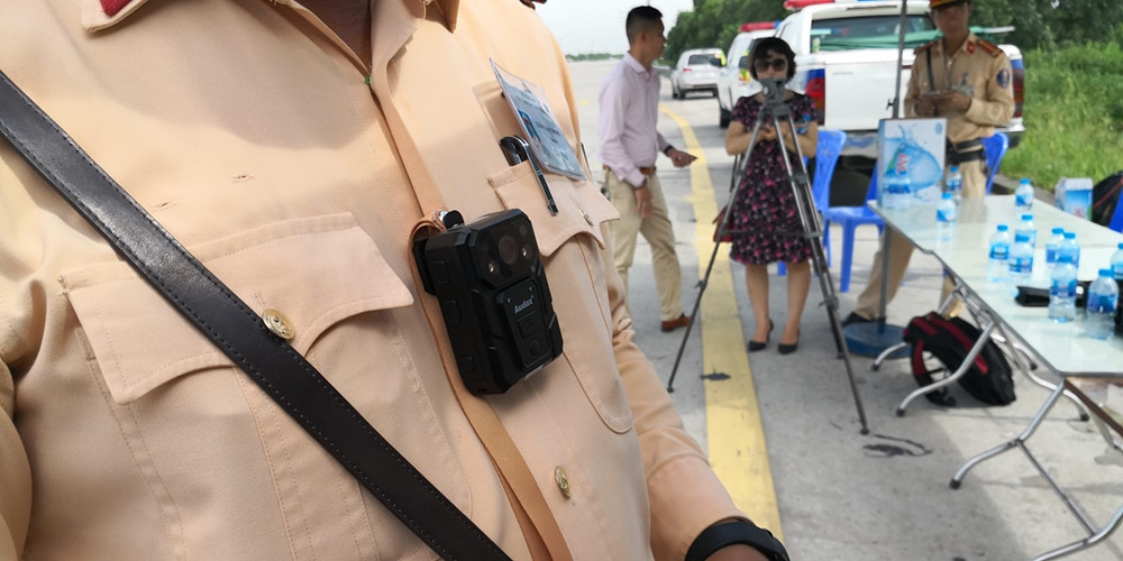 Dan phuot cung them khat so huu camera gan nguc cua CSGT Viet Nam-Hinh-2