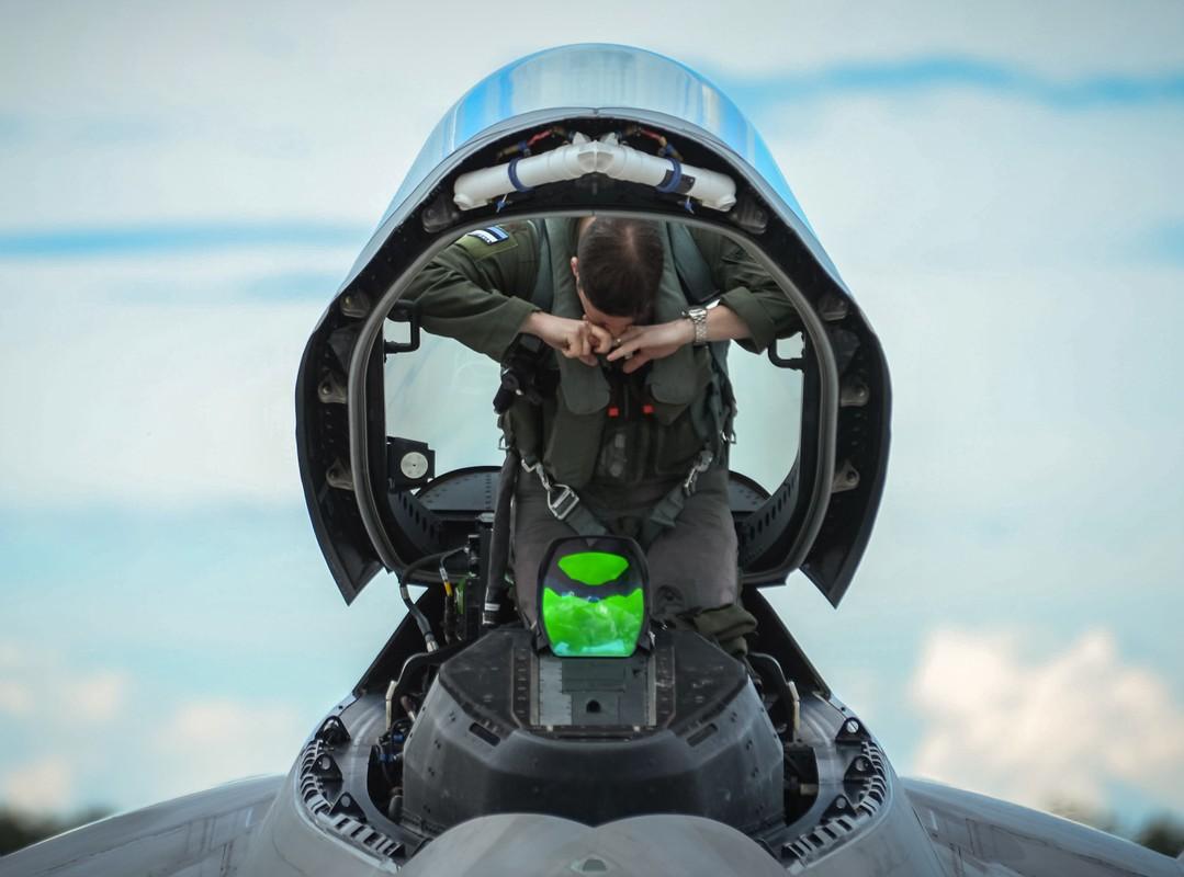 Phi cong F-22 My mac ket 5 gio trong buong lai sau tai nan-Hinh-13