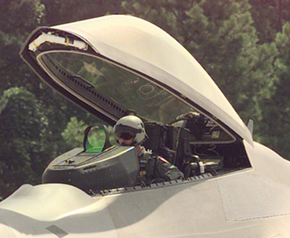 Phi cong F-22 My mac ket 5 gio trong buong lai sau tai nan-Hinh-14