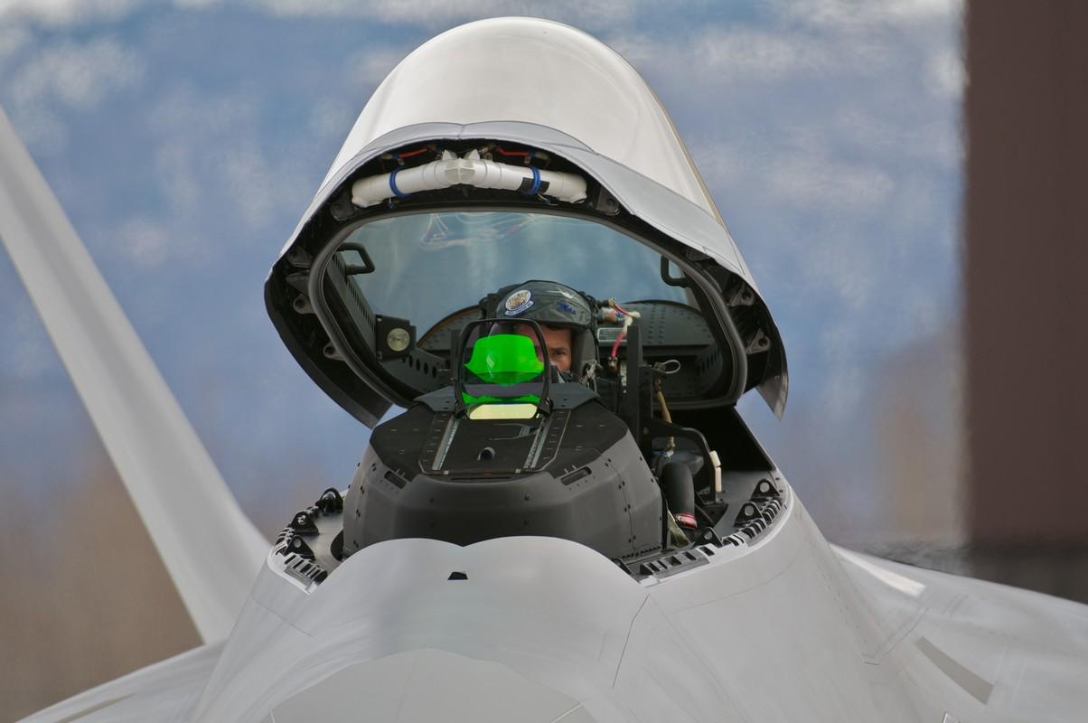Phi cong F-22 My mac ket 5 gio trong buong lai sau tai nan-Hinh-9