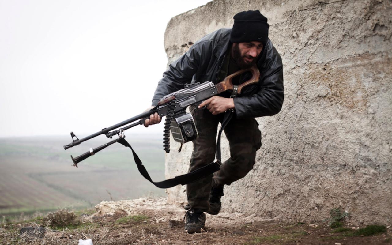 Quan doi Syria manh tay khi dua loat sung may PK cua Nga vao chien truong Idlib-Hinh-21