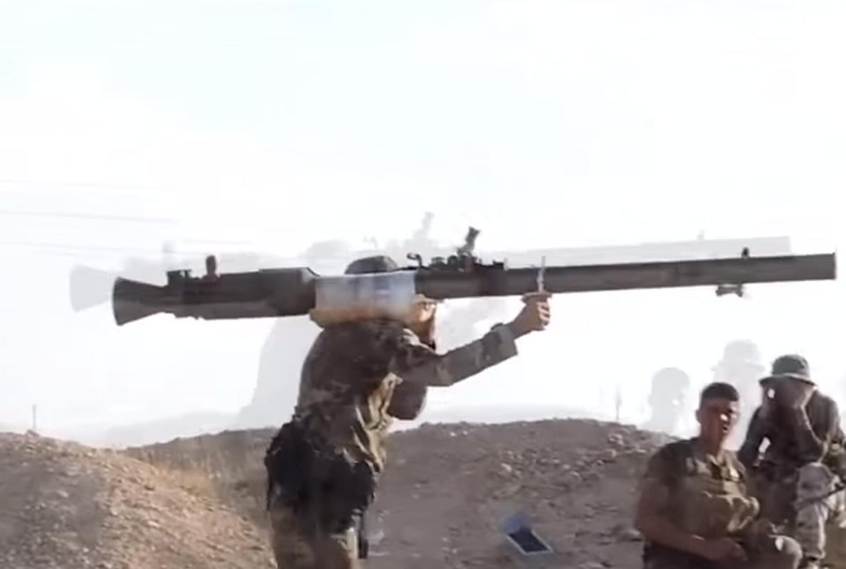 Kinh ngac binh si Syria lieu minh vac ca phao SGP-9 len vai khai hoa-Hinh-2