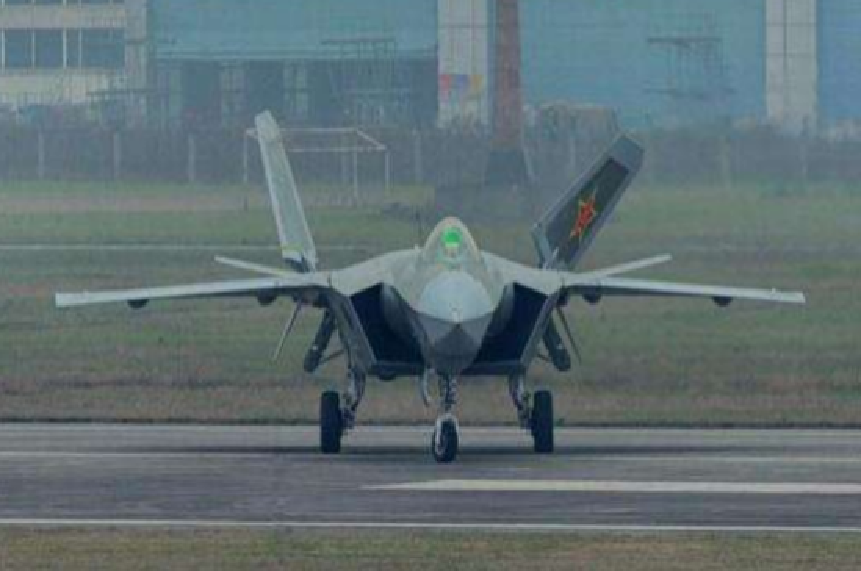 "J-20 cung ten lua PL-15 se ""nghien nat"" F-22, F35 My: Phai chang Trung Quoc dang ""tu suong""?-Hinh-11"