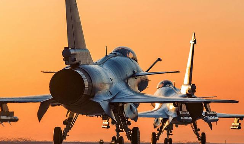 Pakistan muon thay F-16 nhung khong dem xia toi J-10C Trung Quoc: Cua re la cua oi?-Hinh-16