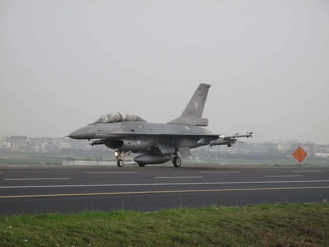 Phi doi F-16V Dai Loan bat ngo tap tran chong lai cuoc tan cong tu Trung Quoc-Hinh-6