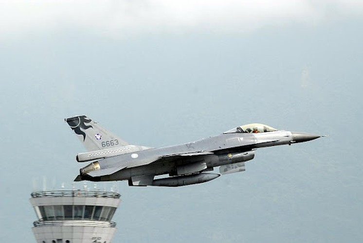 Phi doi F-16V Dai Loan bat ngo tap tran chong lai cuoc tan cong tu Trung Quoc-Hinh-7