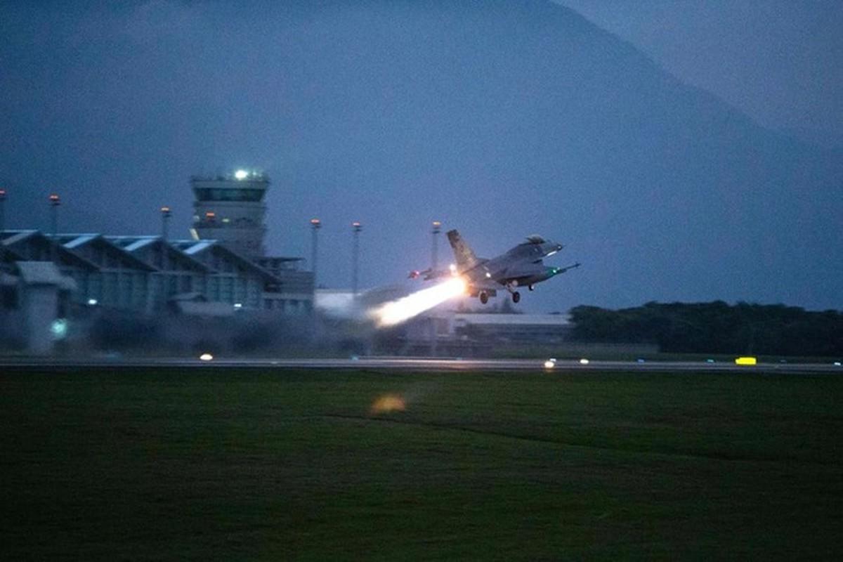 Phi doi F-16V Dai Loan bat ngo tap tran chong lai cuoc tan cong tu Trung Quoc-Hinh-9