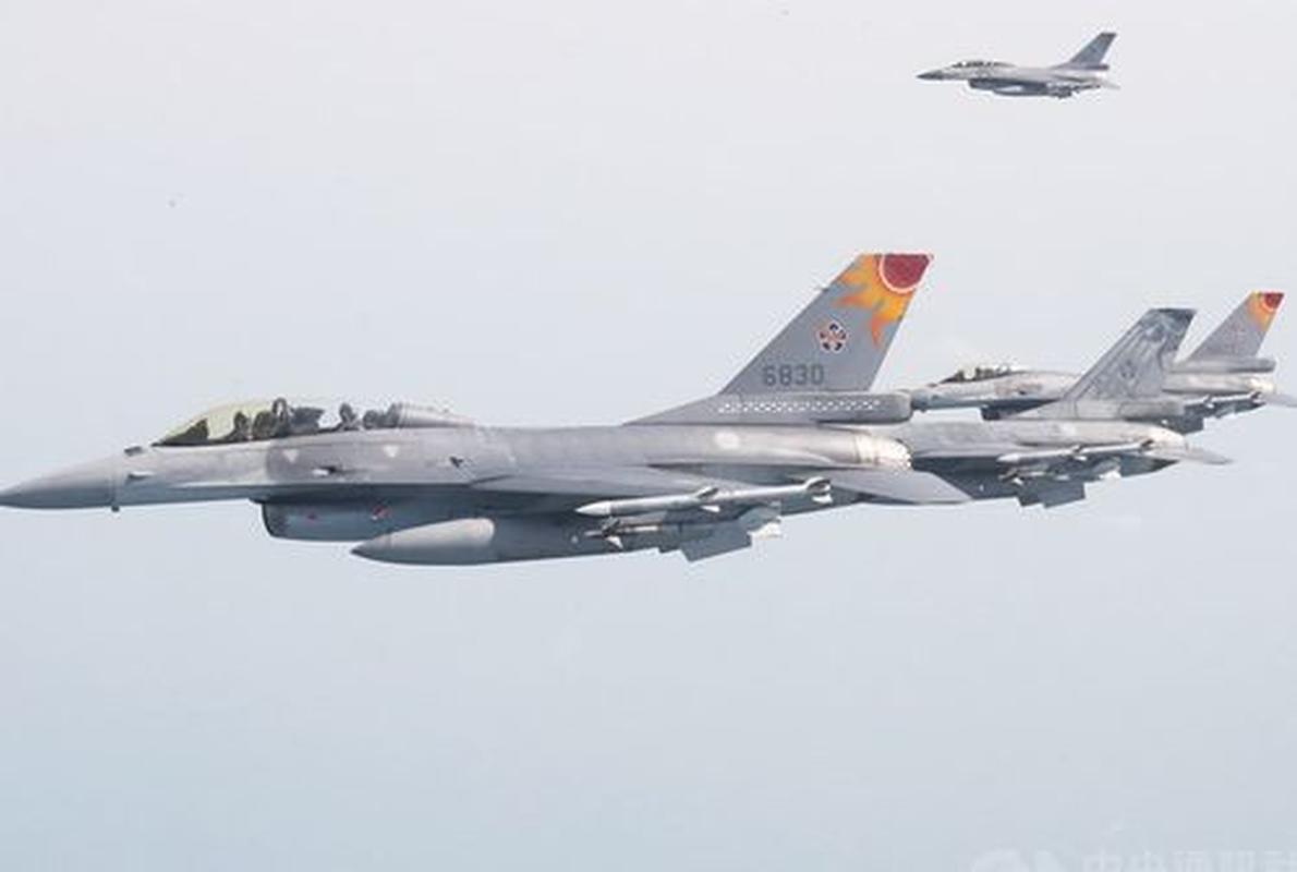 Phi doi F-16V Dai Loan bat ngo tap tran chong lai cuoc tan cong tu Trung Quoc