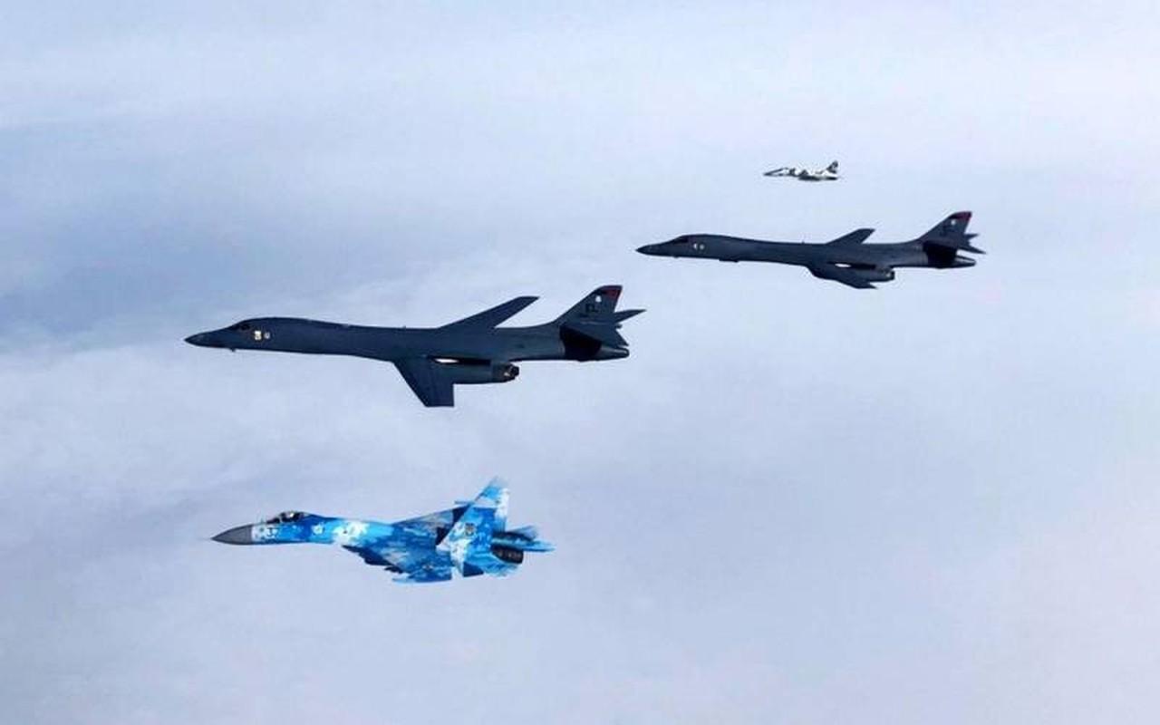 Can canh may bay Nga danh chan, ep oanh tac co B-1B Lancer chuyen huong-Hinh-7