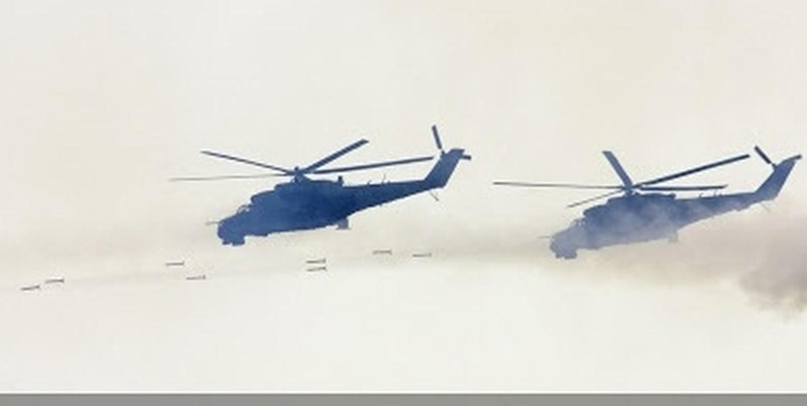 Soi truc thang Mi-24 Ai Cap mang rocket S-80 pho dien suc manh o Libya-Hinh-7
