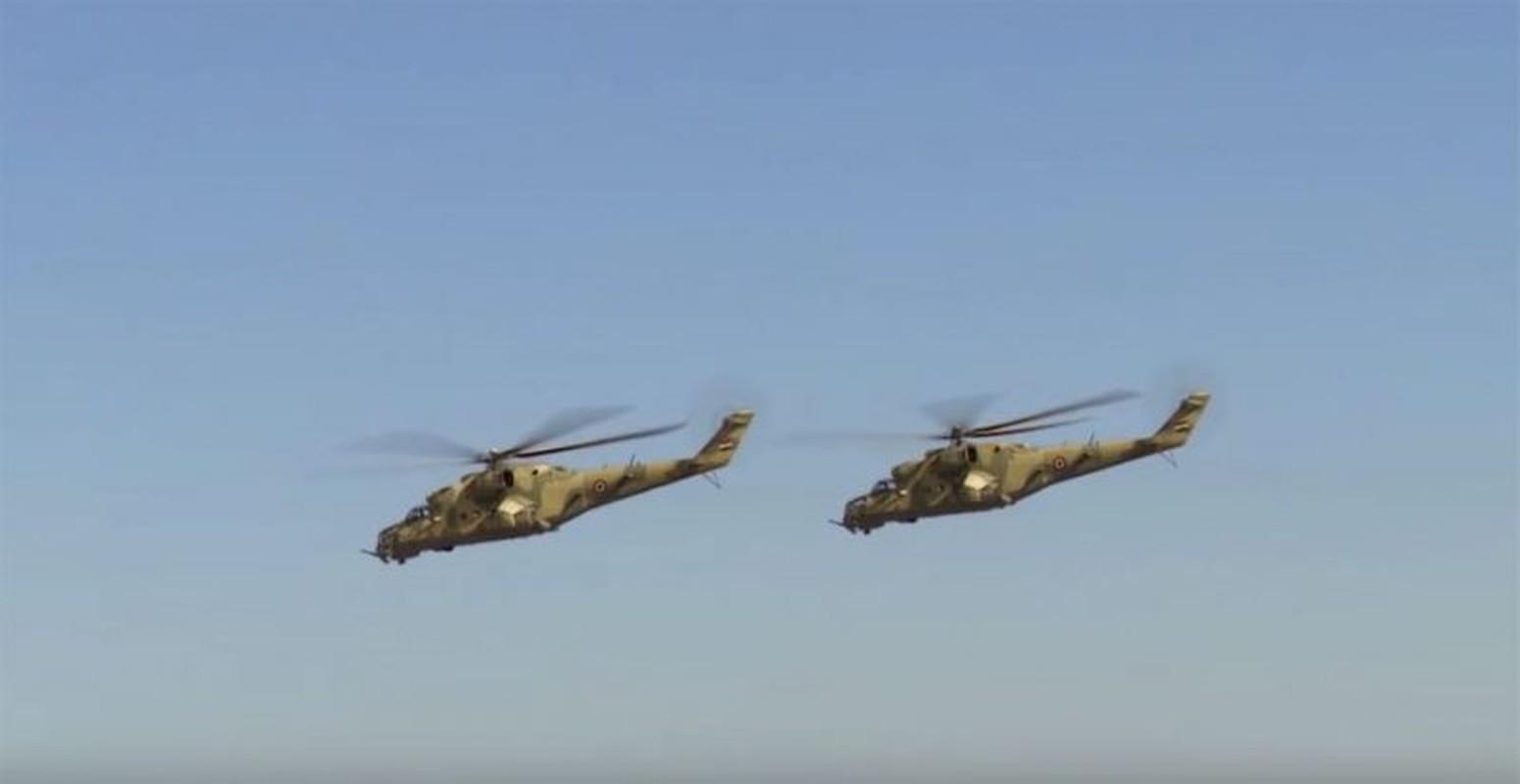 Soi truc thang Mi-24 Ai Cap mang rocket S-80 pho dien suc manh o Libya