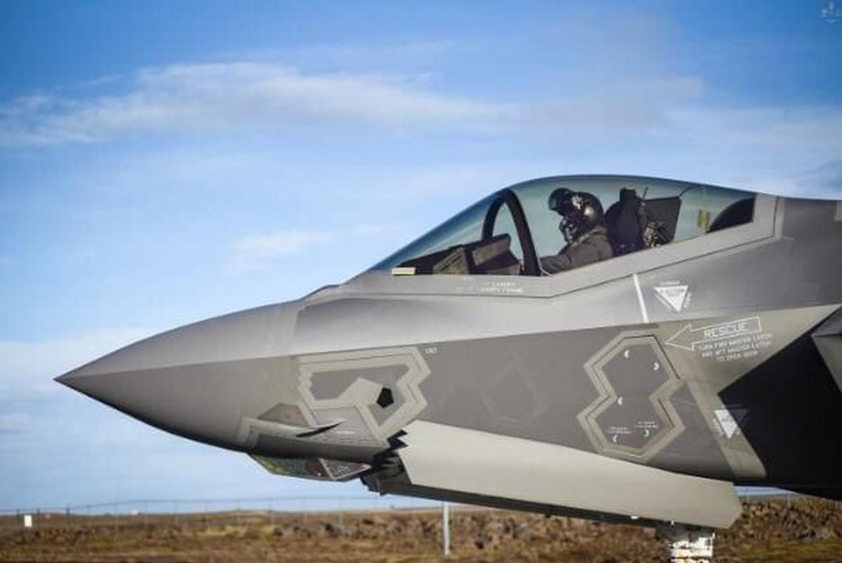 Tai nang nu phi cong tiem kich F-35A dau tien cua Khong quan My-Hinh-11