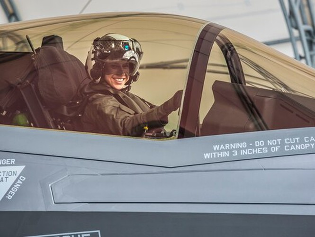 Tai nang nu phi cong tiem kich F-35A dau tien cua Khong quan My-Hinh-4