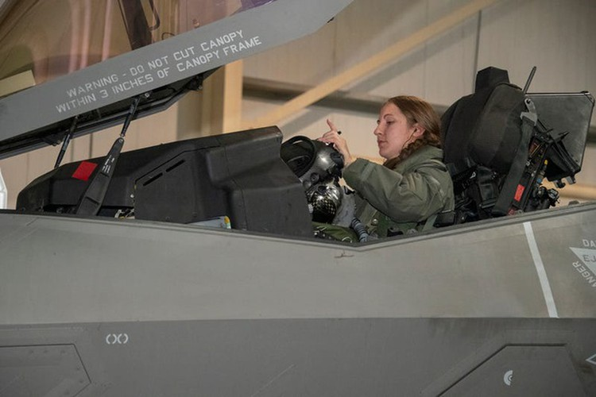 Tai nang nu phi cong tiem kich F-35A dau tien cua Khong quan My-Hinh-5