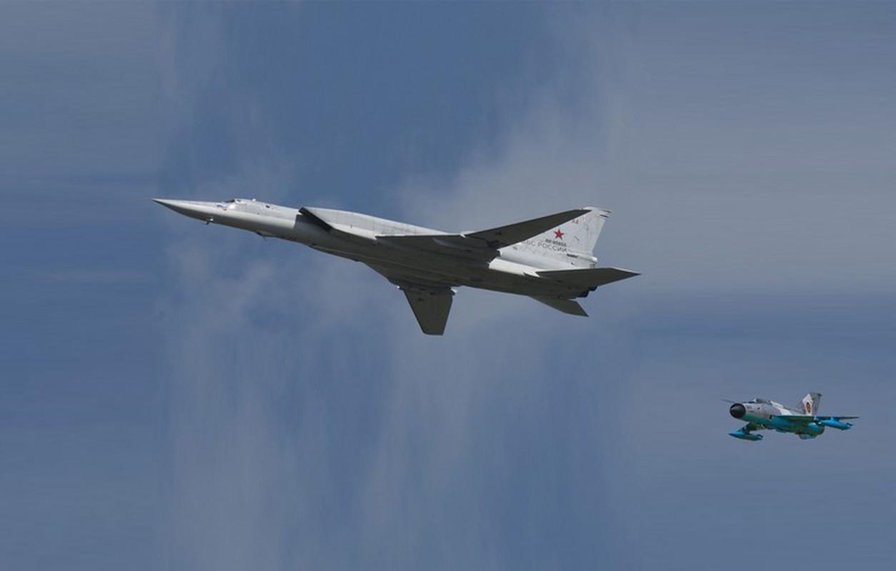 Tiem kich MiG-21 LanceR Romania vua lao len chan dau Tu-22M3 Nga-Hinh-2