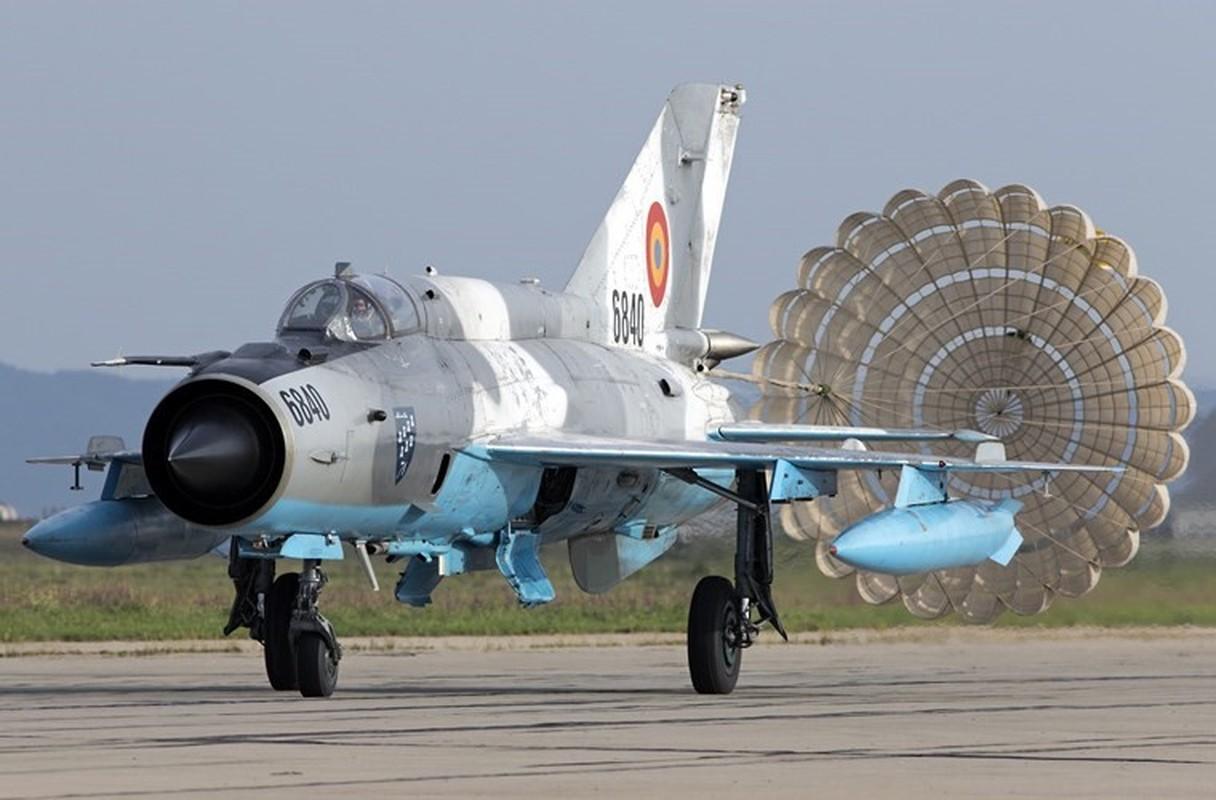 Tiem kich MiG-21 LanceR Romania vua lao len chan dau Tu-22M3 Nga-Hinh-8