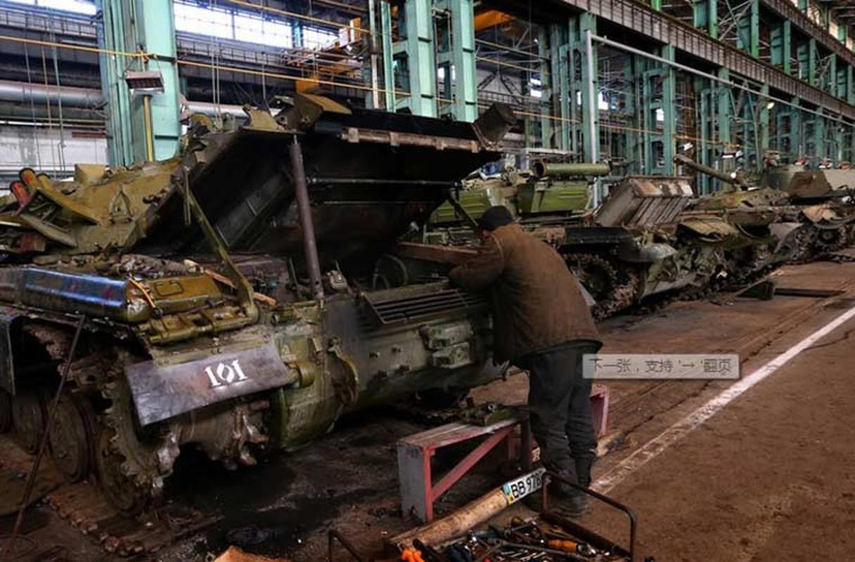 Xe tang T-64, T-72 cu nat trong xuong sua chua vu khi Quan doi Ukraine-Hinh-13
