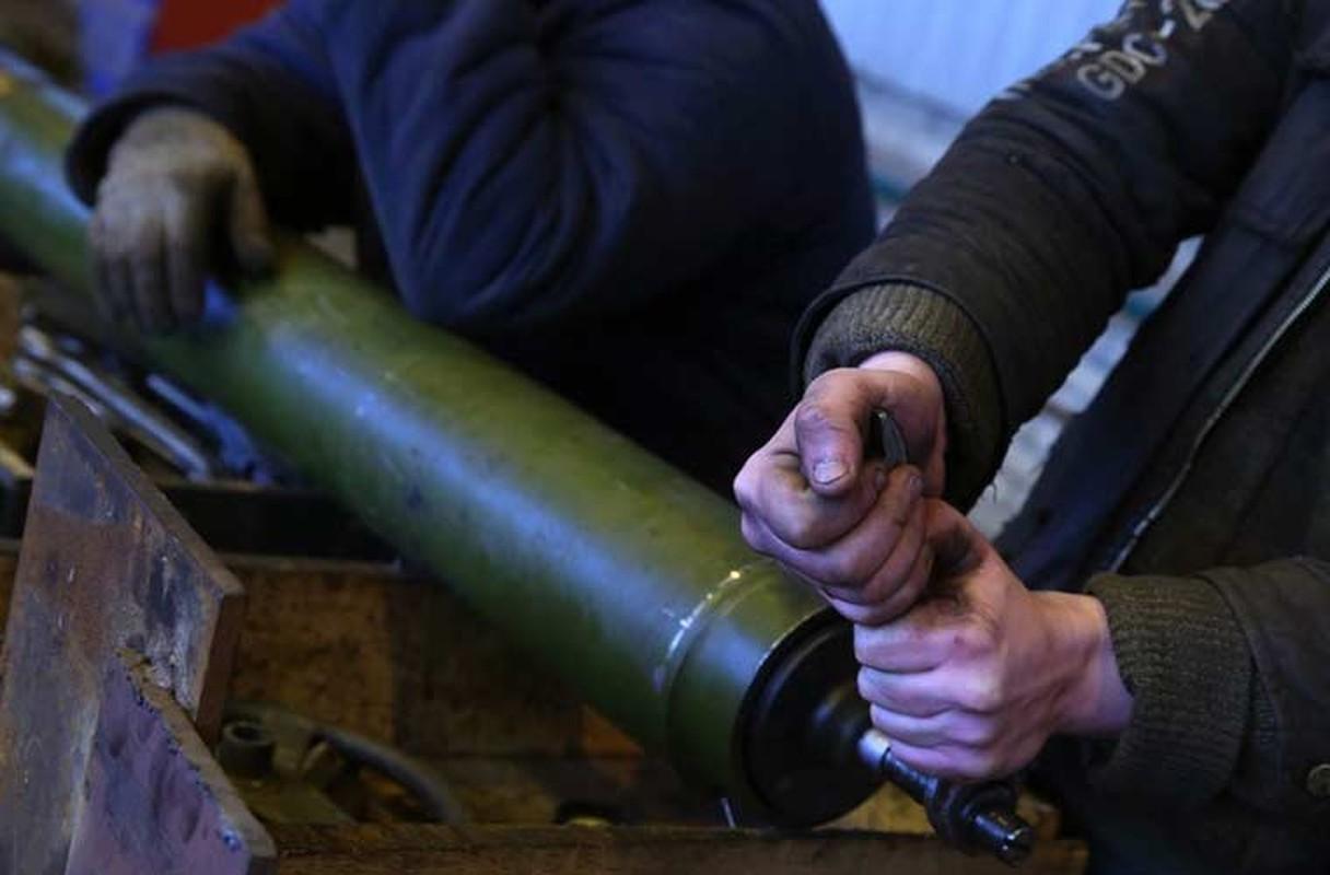 Xe tang T-64, T-72 cu nat trong xuong sua chua vu khi Quan doi Ukraine-Hinh-2