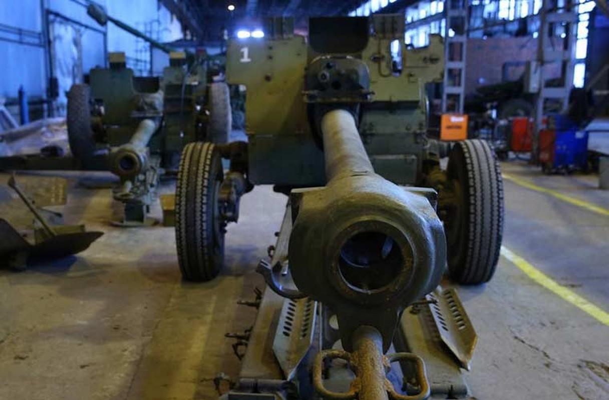 Xe tang T-64, T-72 cu nat trong xuong sua chua vu khi Quan doi Ukraine-Hinh-3