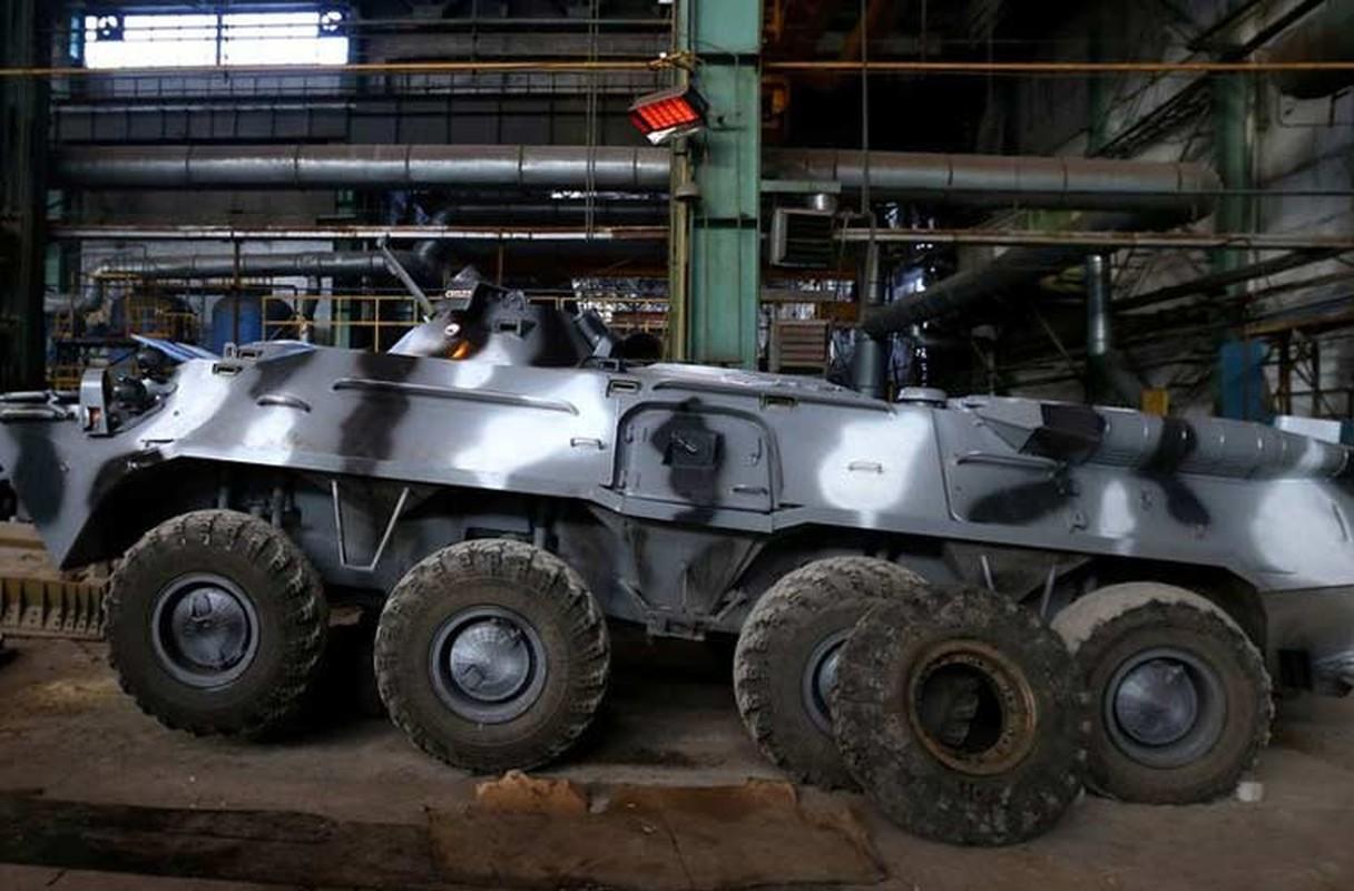 Xe tang T-64, T-72 cu nat trong xuong sua chua vu khi Quan doi Ukraine-Hinh-4
