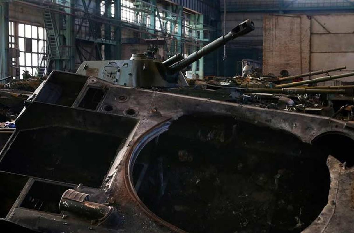 Xe tang T-64, T-72 cu nat trong xuong sua chua vu khi Quan doi Ukraine-Hinh-5