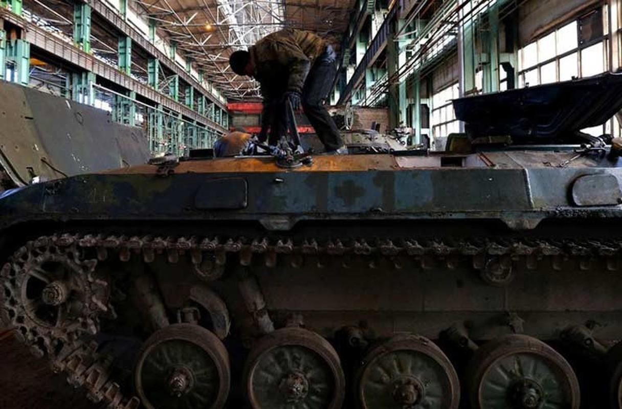 Xe tang T-64, T-72 cu nat trong xuong sua chua vu khi Quan doi Ukraine-Hinh-6