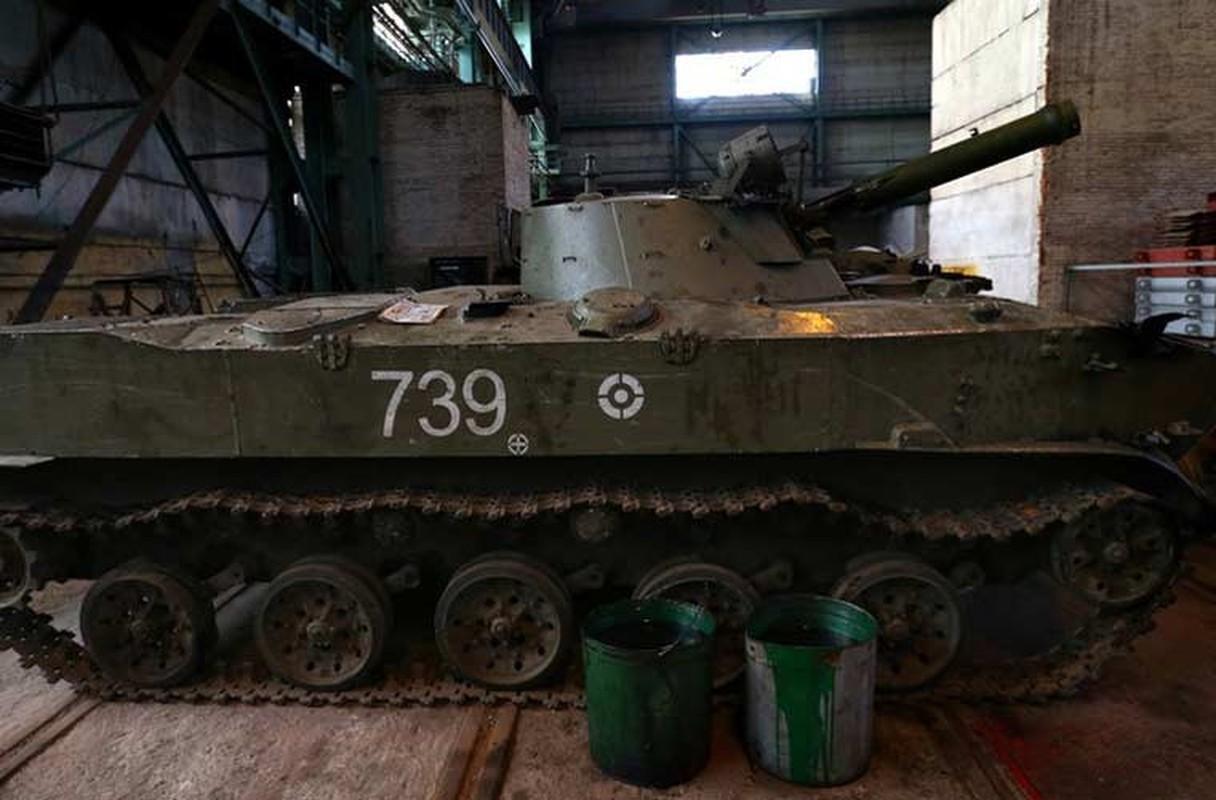 Xe tang T-64, T-72 cu nat trong xuong sua chua vu khi Quan doi Ukraine-Hinh-7