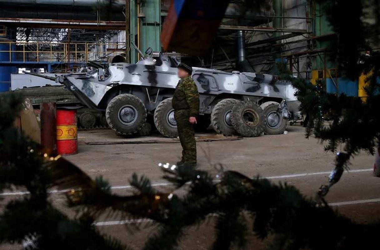 Xe tang T-64, T-72 cu nat trong xuong sua chua vu khi Quan doi Ukraine-Hinh-8
