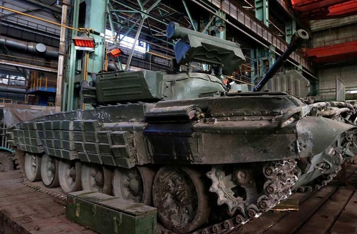 Xe tang T-64, T-72 cu nat trong xuong sua chua vu khi Quan doi Ukraine-Hinh-9